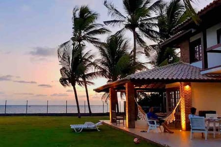 Casa charmosa debruçada na praia.