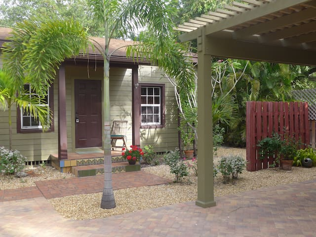 GREEN PALM COTTAGE~Sweet Get-away~Great Location!