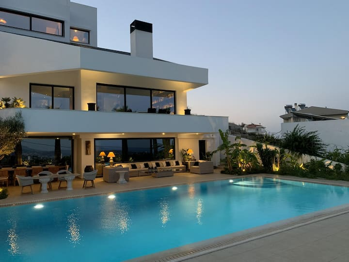 Luxury Villa Marathon