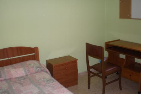 en soria  alquila una habitacion  piso compartido