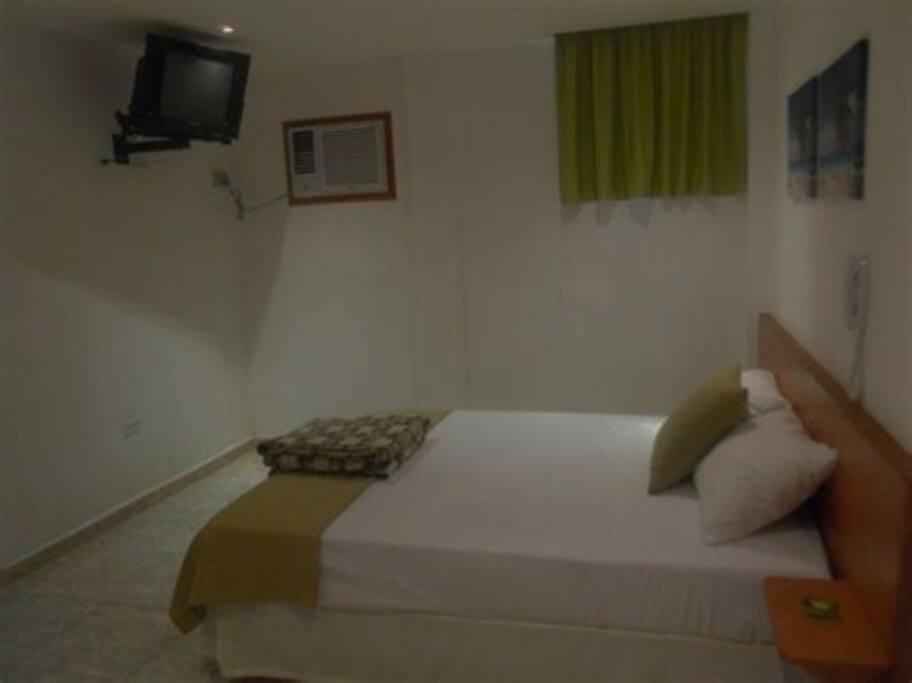 Habitación con cama matrimonial y televisor pequeño incluido. Posee aire acondicionado; sin embargo, no suele ser necesario, puesto que es fresca.