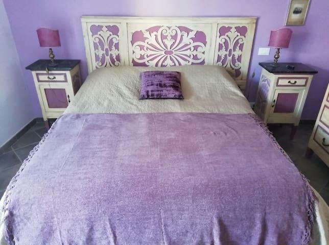 La camera da letto di casa Virginia dove il lilla regna sovrano