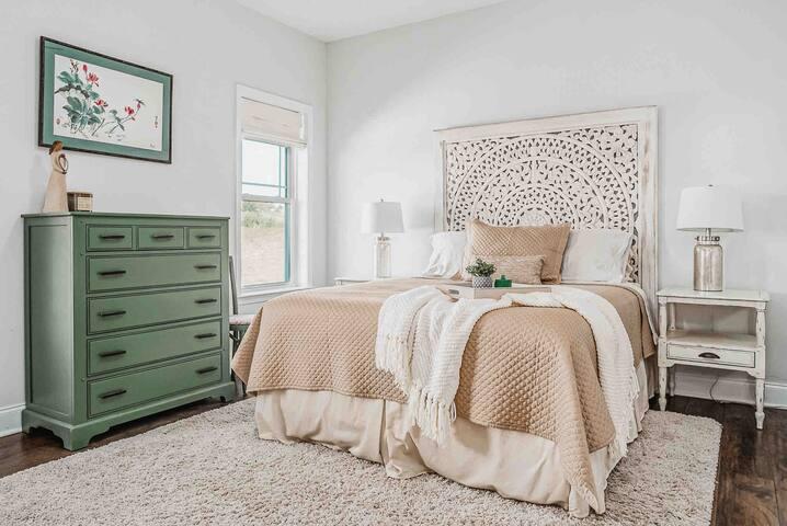 Cozy main bedroom with walk-in closet and en-suite bathroom.
