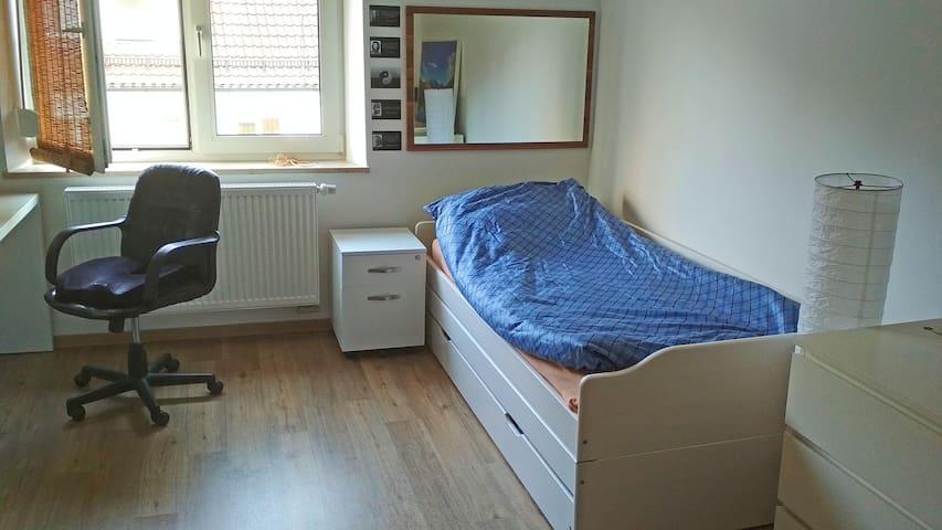 Das Bett kann schnell ausgebaut werden, sodass insgesamt drei Schlafmöglichkeiten gegeben sind.