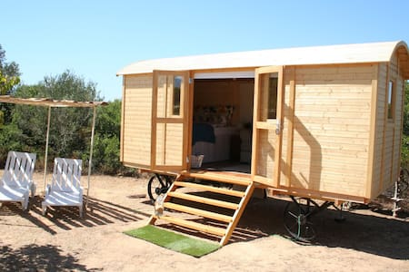 Cozy shepherd hut on farm B&B - Luz