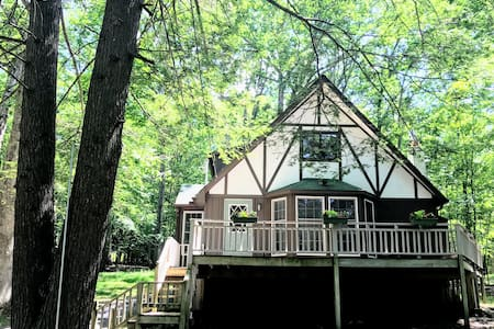 Quaint Chalet, quiet, super clean, PET FRIENDLY!