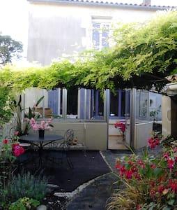 """Village du Marais : """"La maison en couleur"""" - Vouillé-les-Marais"""