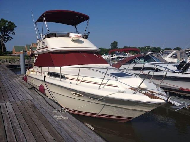 Pleasure Boat, 10 min Downtown, Wifi