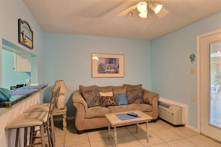 Comfortable studio condo with shared pool and hot tub - walk to the beach!