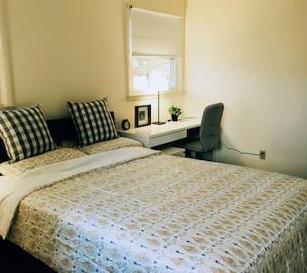 spacious room near downtown Princeton - Princeton - Casa