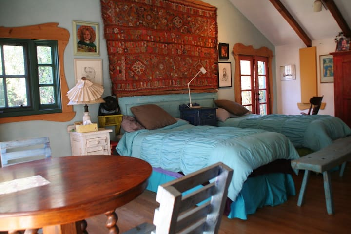 Huge 2nd flr bd rm, high ceilings bed & breakfast