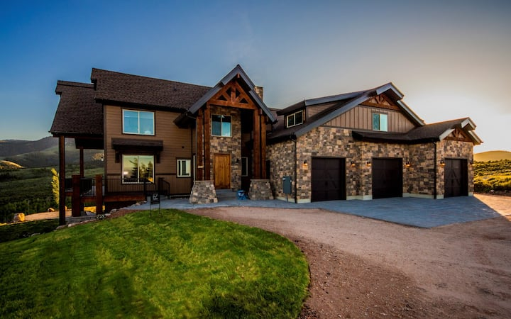 Great home for family reunions and large groups! Awesome views!