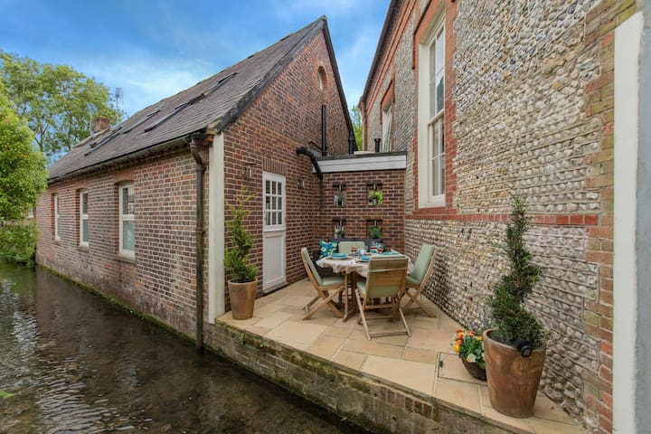 LUXURY COTTAGE ON MILLSTREAM NEAR SEA IN BOSHAM