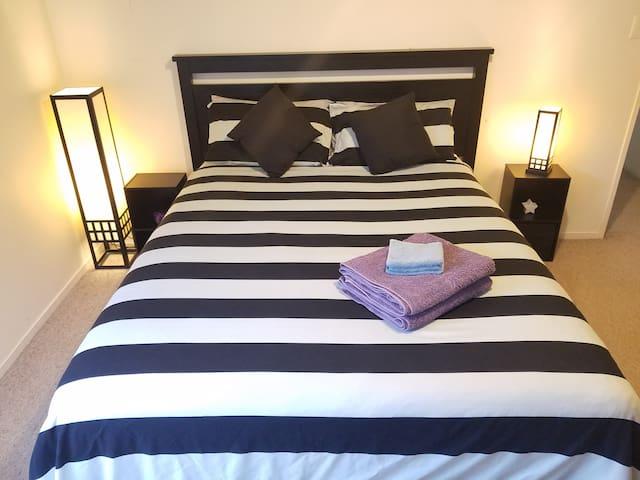 Spacious Queen Bedroom - Auckland - Casa