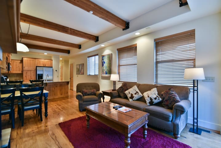 Location! 2 BR Newpark Townhome; Hot Tub; Views
