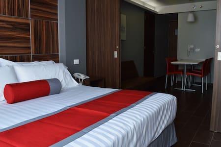 Interior de la suite de 35 mts. con servicio de hotel.  100% privada y con llave electónica WIFI de alta velocidad gratis, desayuno Inclido en Tarifa, cocina equipada.