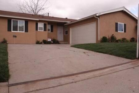 Single Family Home: Hidden Gem - Compton - Talo
