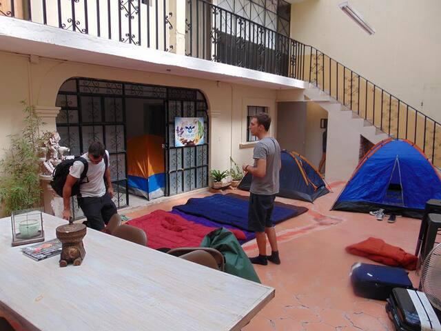 Trae tu sleeping bag o tienda de campaña/Hostal