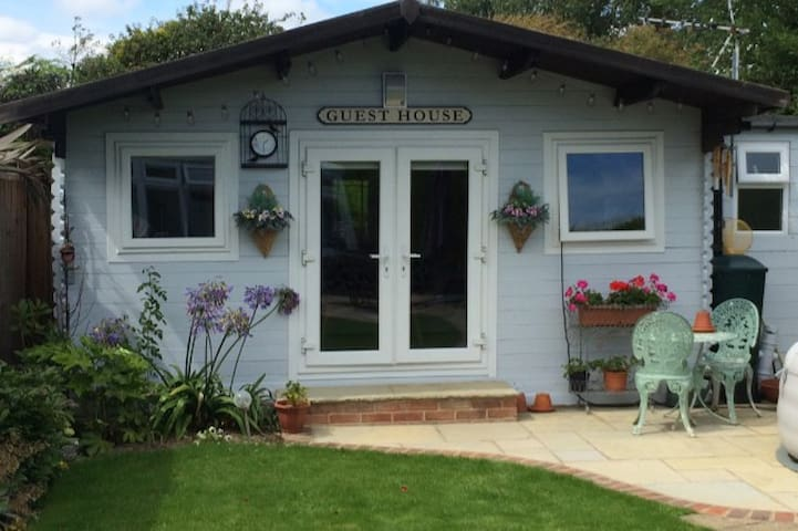 Large private cabin close to beaches,Goodwood etc