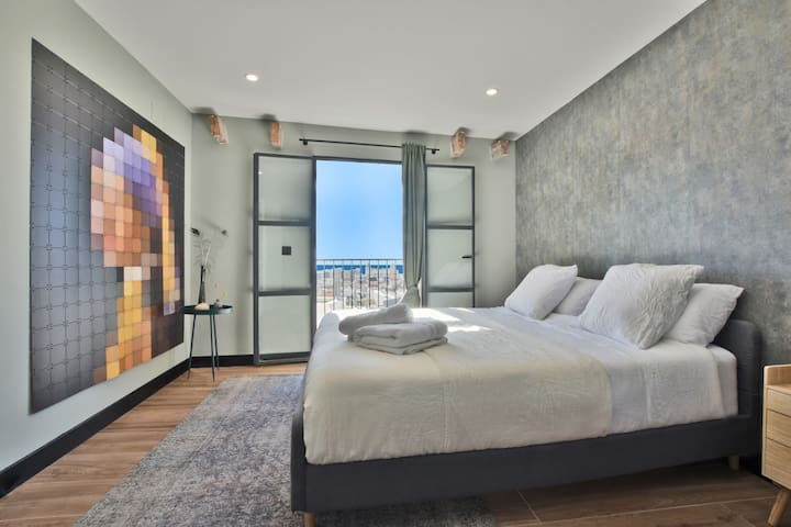 Master bedroom with ocean view from the 180 x 200 cm kingsize bed!