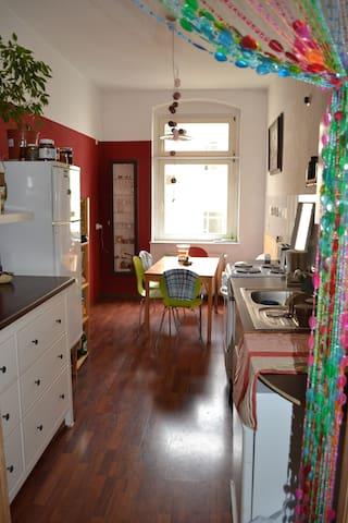 Zimmer in Altbauwohnung in Berlin-Friedrichshain