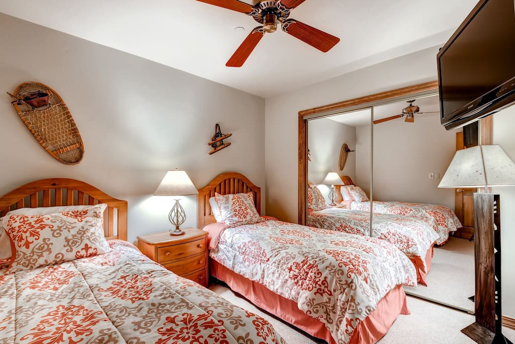 Get a sumptuous night sleep on the plush beds featured in the twin bedroom. Bedding configurations may vary