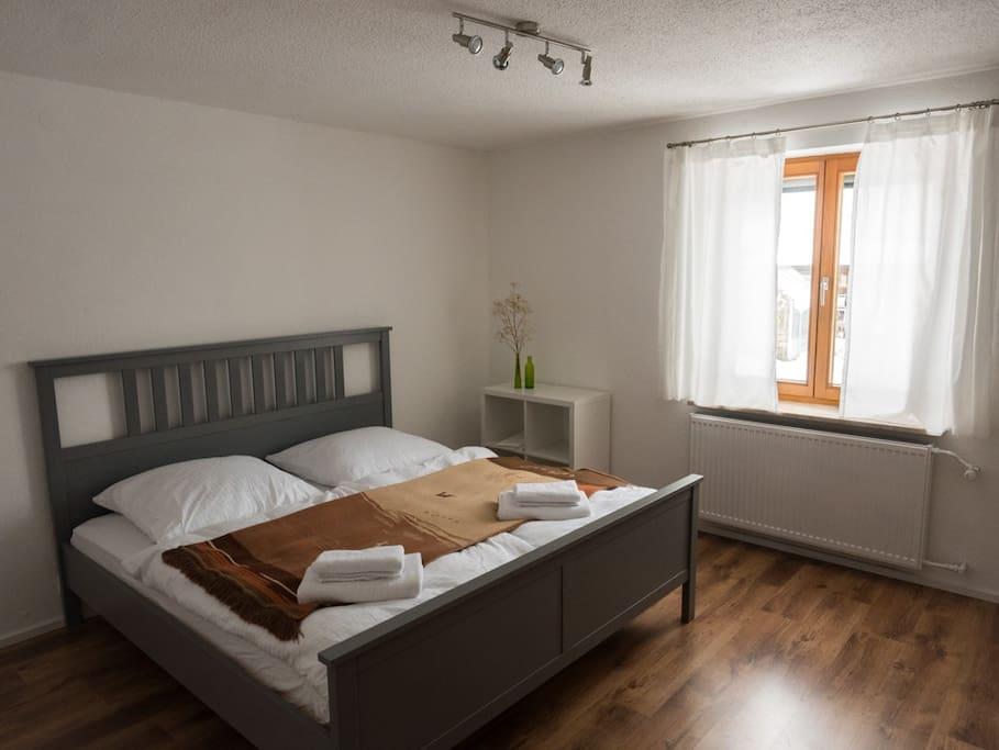 Ruhiges Schlafzimmer mit Doppelbett.