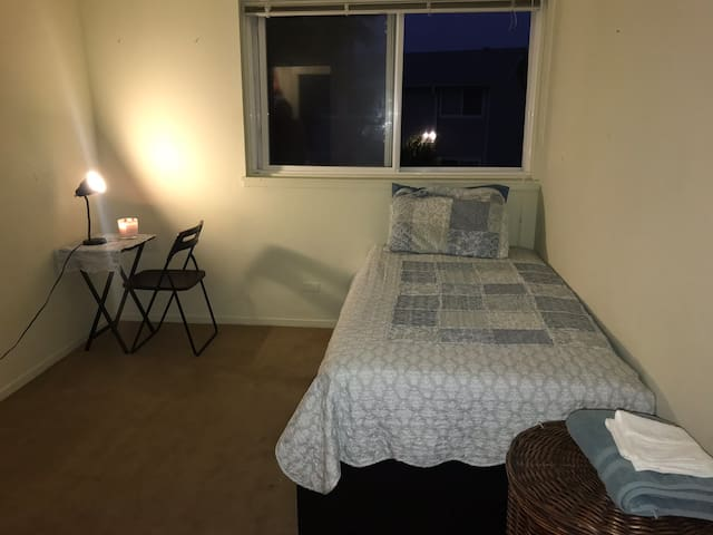 Small Bedroom. 1 night rent is ok.