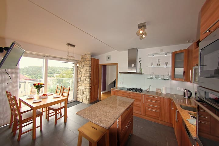 Stunning views close to airport, metro & centre - Prag - Wohnung
