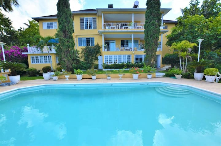 Affordable! Cooking staff! Housekeeping! Pool! Bogue Villa