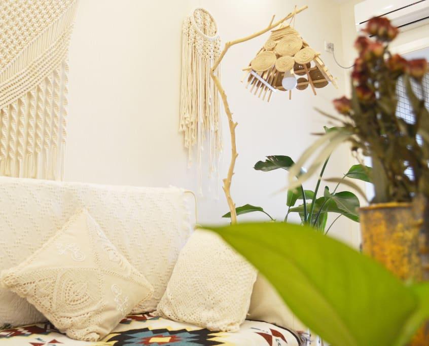 手工编织的挂毯和手工制作的台灯打造了一个悠闲而放松的环境,可以窝在沙发上听听音乐、看看电影,悠闲的度过一整天……