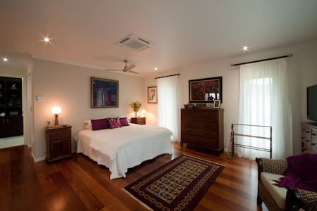 Airlie Beach Arthouse King Room. - Cannon Valley, Airlie Beach. - Rumah
