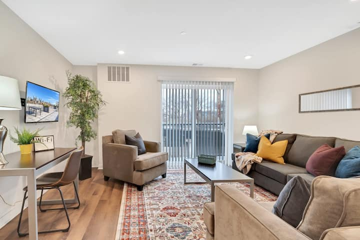 New Listing Grad Pointe Beautiful Rooftop Patio Rec Room Coffee Gym
