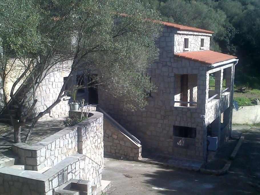 Appartement au 1er étage de cette bâtisse en pierres de taille