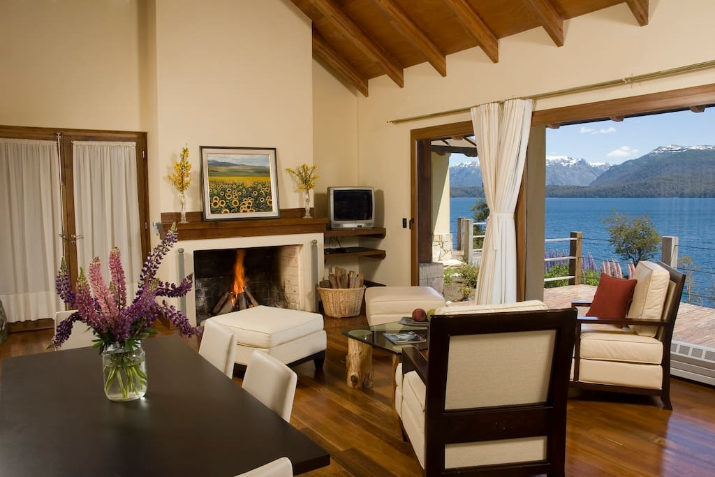 Cálido livng con mesa de comefor y sillones. Vista al Lago Nahuel Huapi