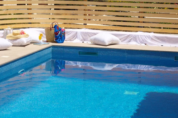 Great relaxing area by the pool!