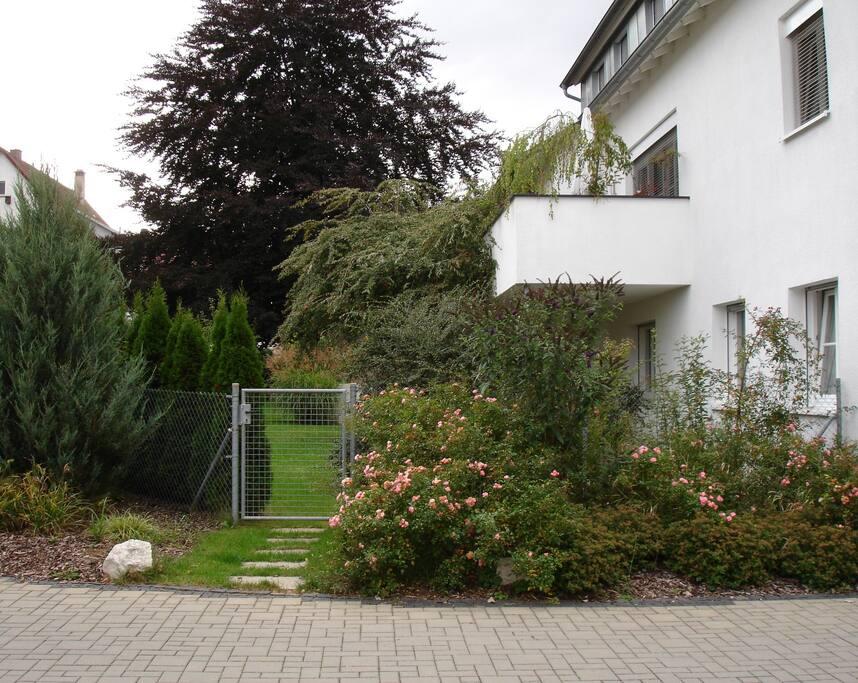 Aussenansicht, Zugang zur Wohnung durch den Garten