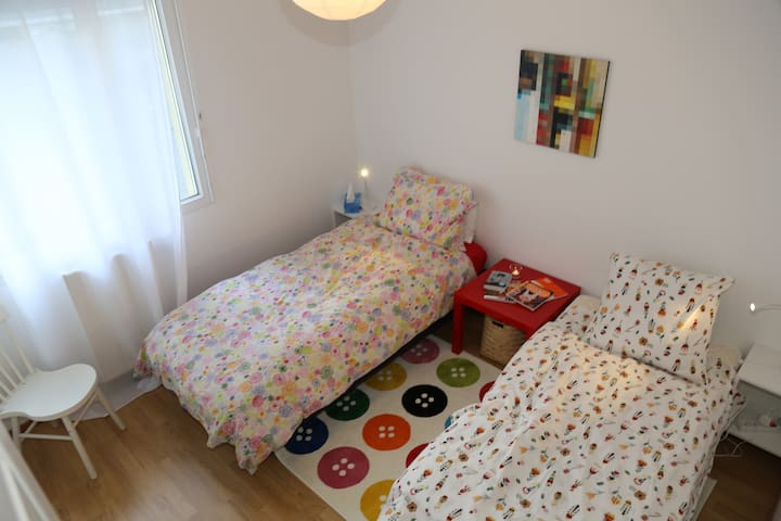 Colorful double room 10 mins from Geneva - Etrembières - Appartement