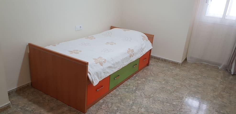 Habitación 2 con cama para una persona.