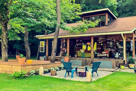 Peaceful & Cozy Rustic Cabin in the Forest w/Cats!