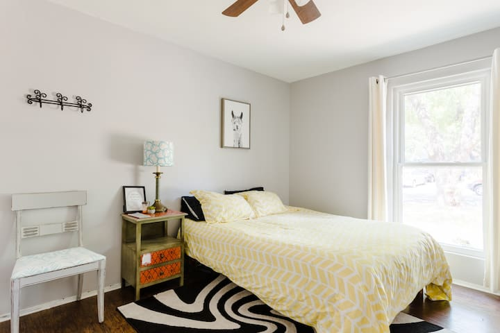 Hip, Comfortable, Private Room- Minutes to Domain