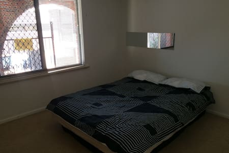 Master bedroom in French house's !! - Kardinya - 獨棟
