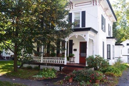 Lovely Victorian home near slu - Canton