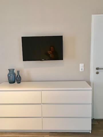 Flat TV und Kommode