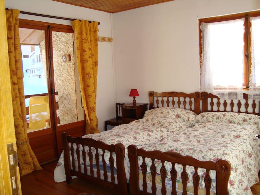 Chambre 2 donnant sur un balcon avec relax