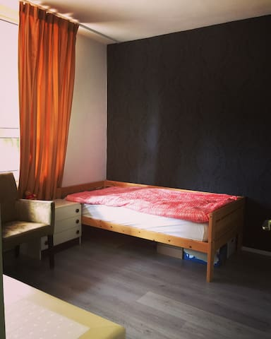 房间空旷舒适,阿姆斯特丹北坐公交到中心站十五分钟左右,步行到Dam广场 - Amesterdão - Apartamento