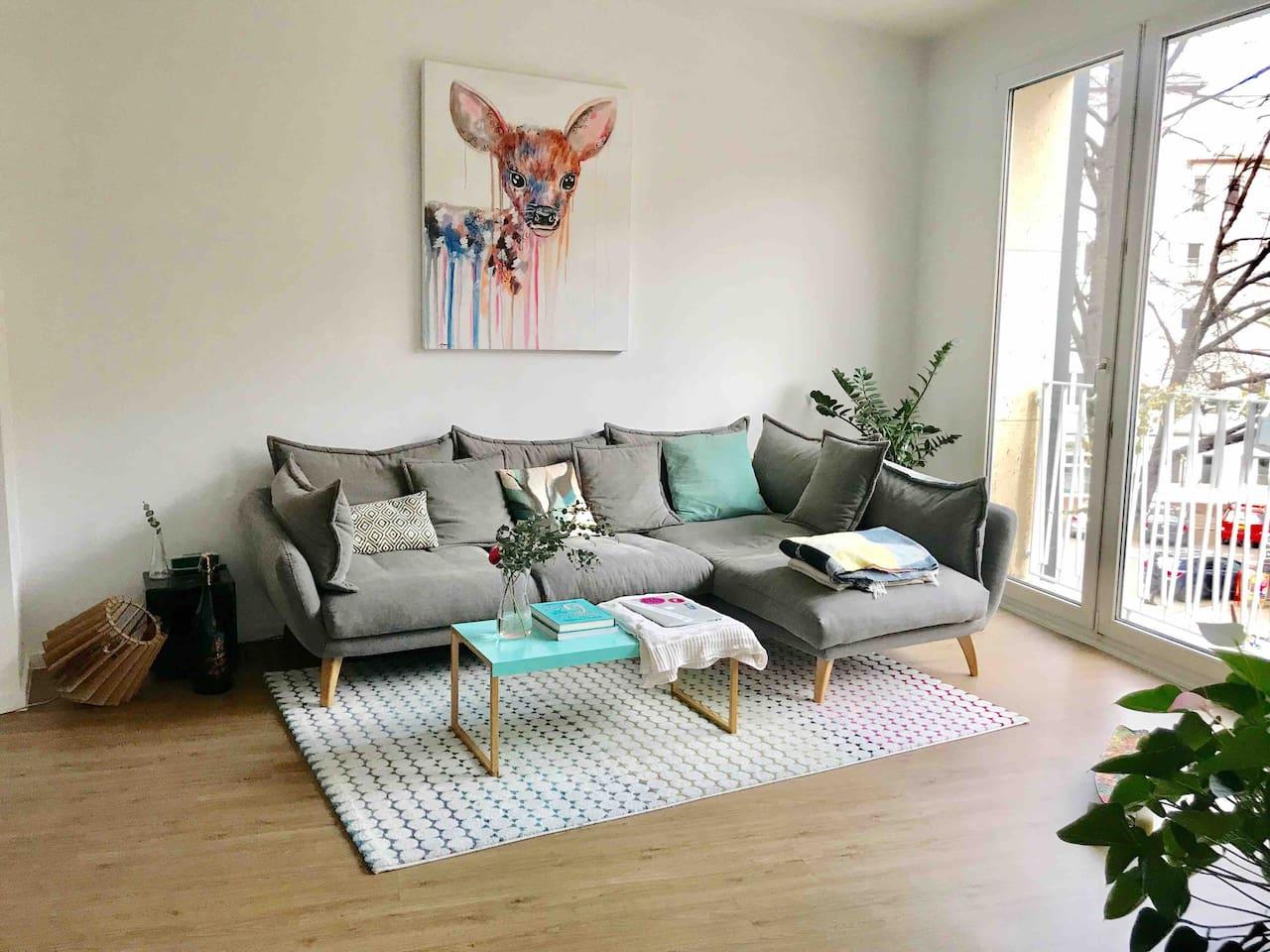 Wohnzimmer mit gemuetlichem Sofa / Living room with cozy sofa