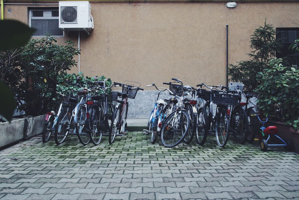 parcheggio per le bici nel cortile interno // bicycle parking in the courtyard