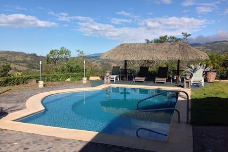 Amarillo Haus Poolside Family Suite - Atenas
