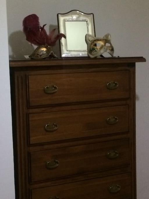 La habitación cuenta con armario y cajonera para guardar toda tu ropa!